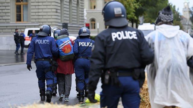 Polizei löst Klima-Camp vor dem Bundeshaus auf.