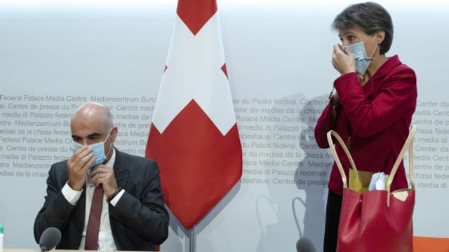 Bundesrat Alain Berset und Bundespräsidentin Simonetta Sommaruga an einer Medienkonferenz am 15. Oktober 2020 in Bern