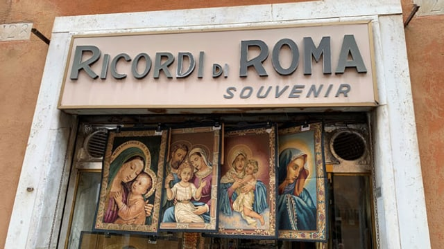 Alessia Astrologos Souvenirshop in Rom hat seit Beginn der Pandemie rund 80 Prozent seines Umsatzes eingebüsst.