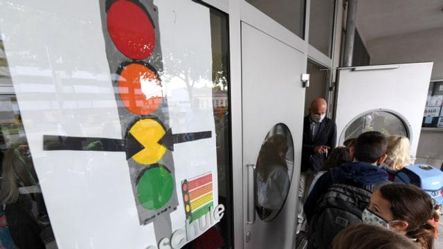 """Eine """"Corona-Ampel"""" an einer Schule in Wien. Österreich kennt bereits ein Ampel-System."""