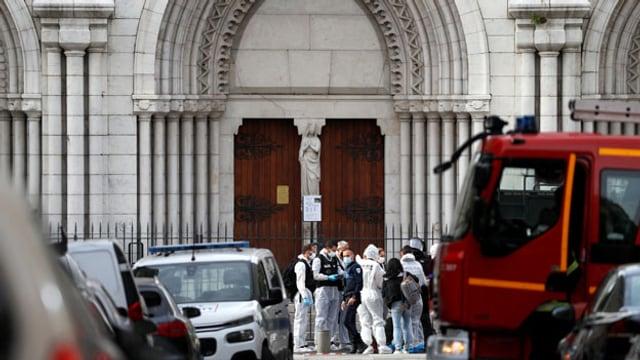 Gerichtsmediziner inspizieren das Gebiet nach einem gemeldeten Messerangriff auf die Kirche Notre Dame in Nizza, Frankreich, 29. Oktober 2020.