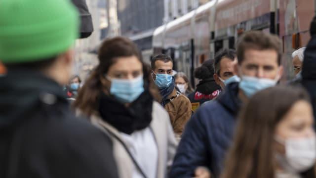 Passanten mit Maske in Genf am 31. Oktober 2020.