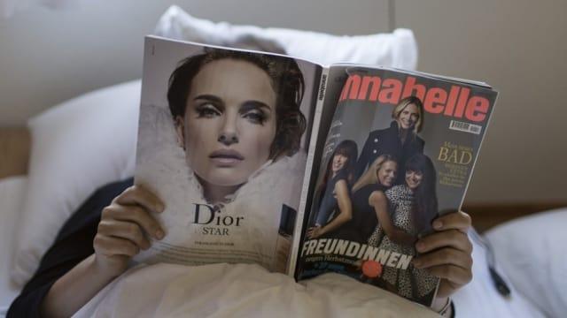 Eine Frau liest die Zeitschrift Annabelle.