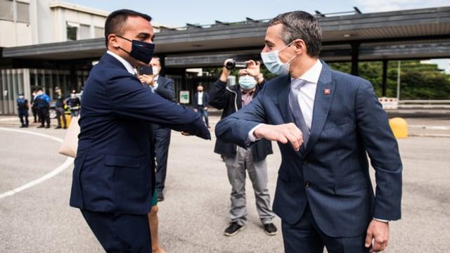 Bundesrat Cassis und sein italienischer Amtskollege begrüssen sich