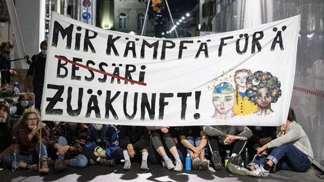 Transparent von Klima-Jugendlichen auf dem Bundesplatz.