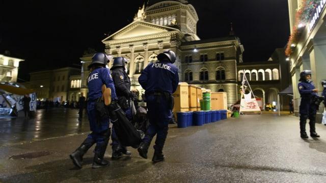 Polizisten tragen einen Klima-Aktivisten vom Bundesplatz.