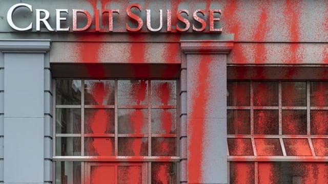 Die verschmierte Fassade einer Credit Suisse-Filiale in Genf.