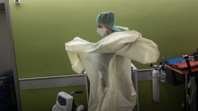 Die zweite Corona-Welle fordert die Pflegenden schweizweit. Die Kantone warnen vor einem Personalmangel, im Spitalzentrum des Unterwallis spricht der Direktor von einer besorgniserregenden Zunahme an Corona-Patienten.