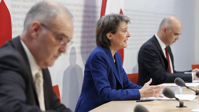 Bundesrat Guy Parmelin (links), Bundespräsidentin Simonetta Sommaruga und Bundesrat Alain Berset anlässlich der Medienkonferenz vom 28.10.2020.