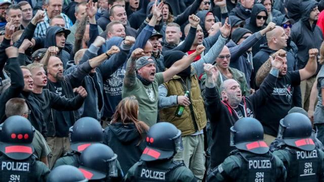 Rechtsextreme und Hooligans demonstrieren in Chemnitz.