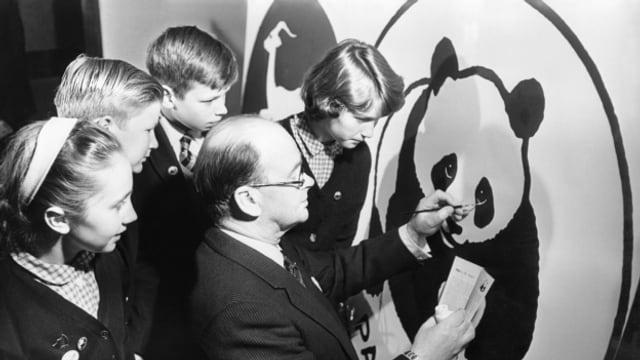 Der Gründer des WWF, Peter Scott, malt am 22. Mai 1963 an der Gründung der Jugendorganisation Panda Club den letzten Pinselstrich des Logos