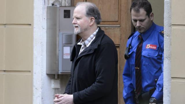 Peter Kneubühl verlässt nach einer Verhandlung das Gebäude.