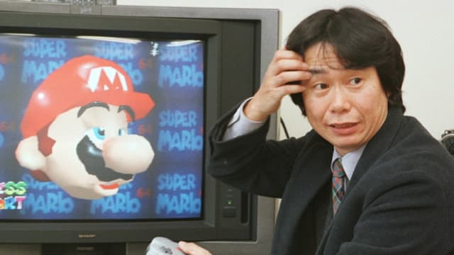 Nintendos Spieleentwickler Shigeru Miyamoto 1997 mit dem Nintendo 64.