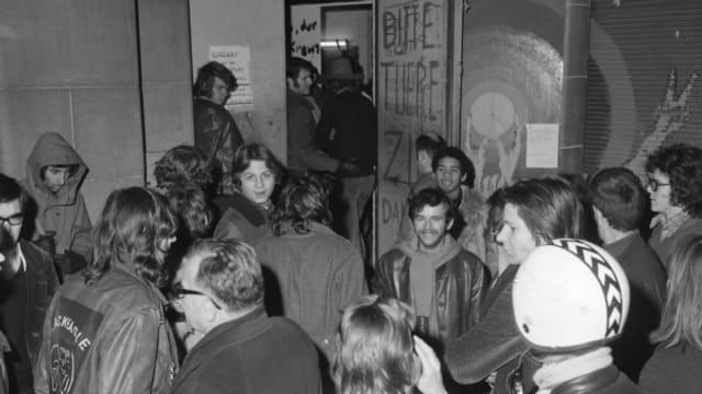 Jugendliche beim Eingang des Jugendzentrums Lindenhofbunker in Zuerich