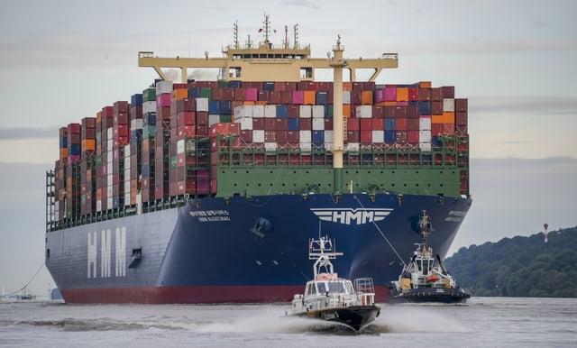 Das weltgrößte Containerschiff läuft auf seiner Jungfernfahrt im Juni 2020 in den Hamburger Hafen ein