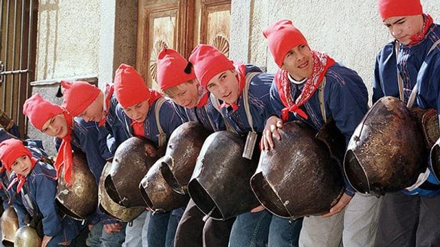 Chalandamarz 1998 in Zuoz: Mit lautem Glocken- und Schellengeläut vertreiben die jungen Burschen die bösen und garstigen Wintergeister.