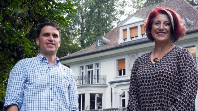 Luana Menoud-Baldi steht mit Roman Portmann vor dem «Haus der Musik» in Aarau.