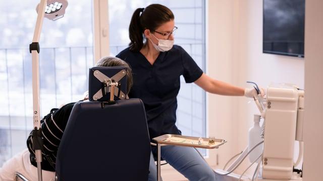 Regelmässige Zahnhygiene für «fitte» Zähne bleibt auch im Alter wichtig.