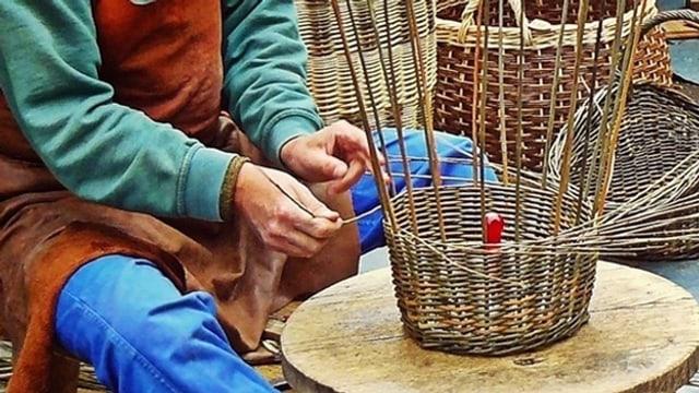 Leidenschaft für das alte Handwerk Korbflechten.