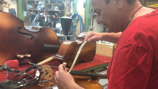 Mark Schuler bringt in seiner Werkstatt den Stimmstock in die richtige Position.
