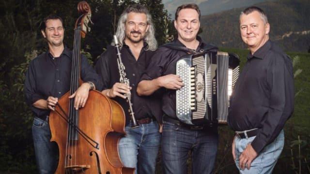 Neben Dani Häusler als Bläser huldigen der Akkordeonist Jörg Wiget, Pianist Ueli Stump und Dominik Lendi am Kontrabass der guten alten Innerschwyzer Ländlermusik.