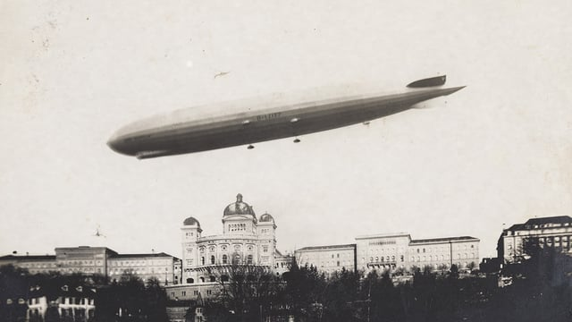 Das Luftschiff «Graf Zeppelin» 1930 über der Stadt Bern.