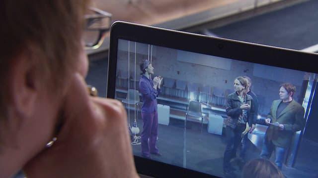 Eine Frau schaut sich Aufnahmen auf einem Tablet an.