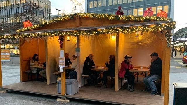 Umgebaut in Viererkabinen: Das Sitzhaus des Adventstreffs in Zug.