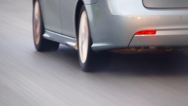Graues Auto fährt schnell