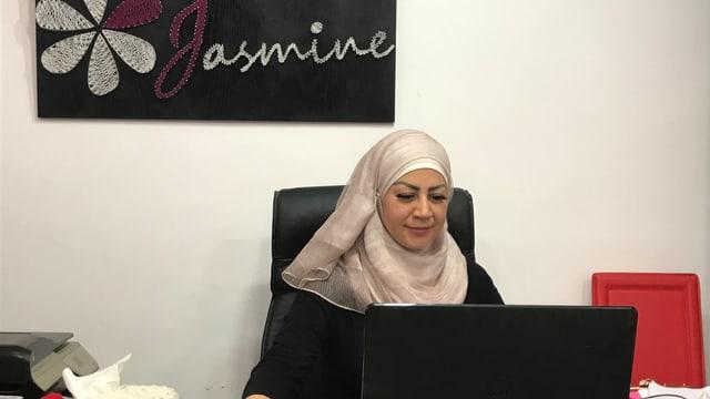 Lara Shaheen am Schreibtisch