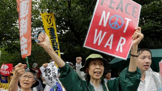 Demonstranten, die gegen die Gesetzesreform protestieren.