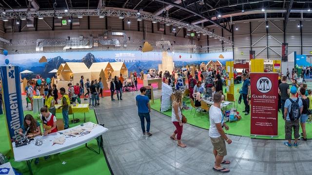 Halle mit Ausstellungs-Ständen und Besuchern