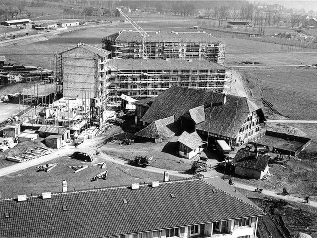 Archivbild: Bauernhof, gleich dahinter Wohnblöcke im Rohbau