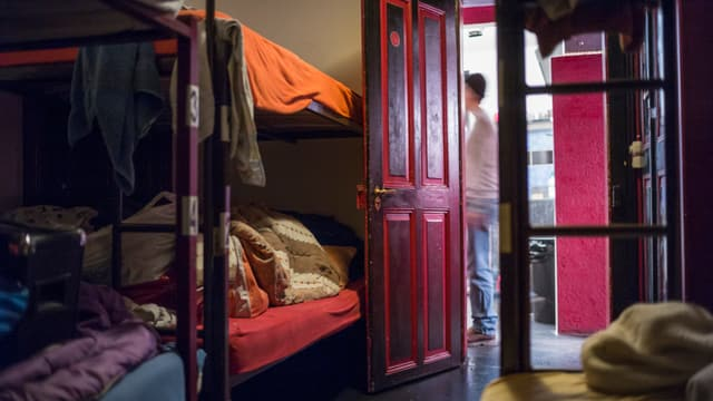Betten in einer Obdachlosenunterkunft.