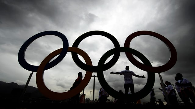 Purtret dals tschintg rintgs olimpics cun nebla ed atmosfera trista.