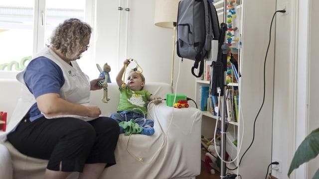 Spitexangestellte bei einem Kind zuhause