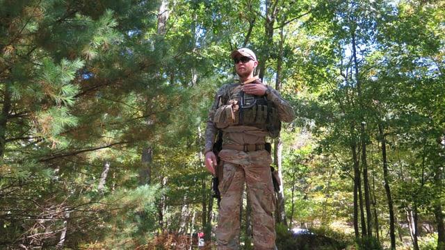 Ein Miliz-Soldat im Wald.
