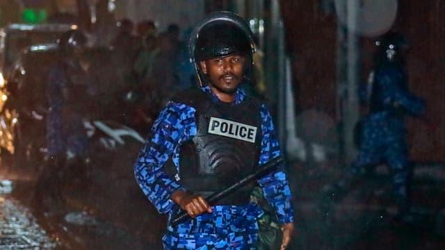 Maledivischer Polizist in blauer Uniform
