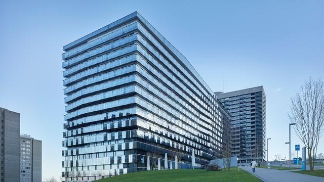 Das neue Bettenhaus des Triemlispitals: eine wuchtige, silbrig-glänzende Fassade