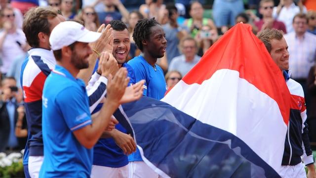 Das französische Davis-Cup-Team schwenkt die «Tricolore».