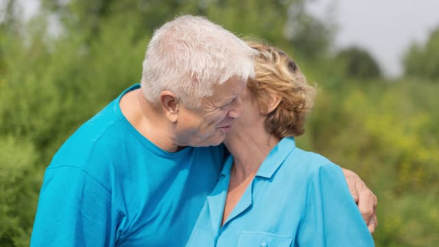 Frau und Mann umarmen sich.