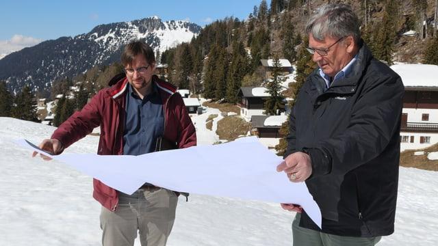 Im Bild: der Gemeindepräsident der Gemeinde Riederalp, Peter Albrecht (rechts) und der Ortsplaner, Sebastian Arnold.