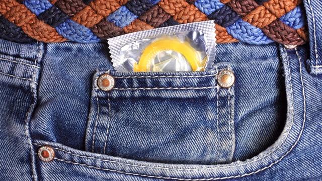 Eine Hosentasche aus der ein Kondom schaut.