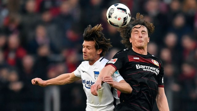 Valentin Stocker und Julian Baumgartlinger springen auf zum Kopfball-Duell.