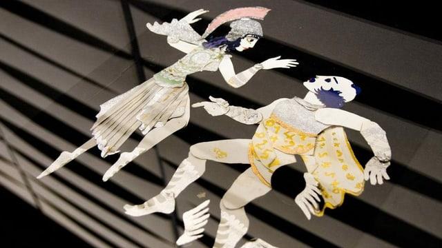 Ausgeschnittene Figuren auf einer Glasplatte.