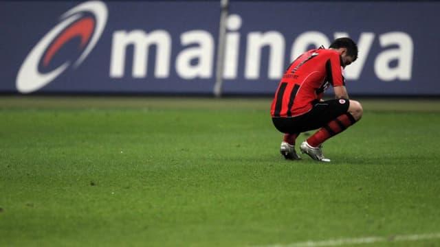 Pirmin Schwegler kauert auf dem Rasen.