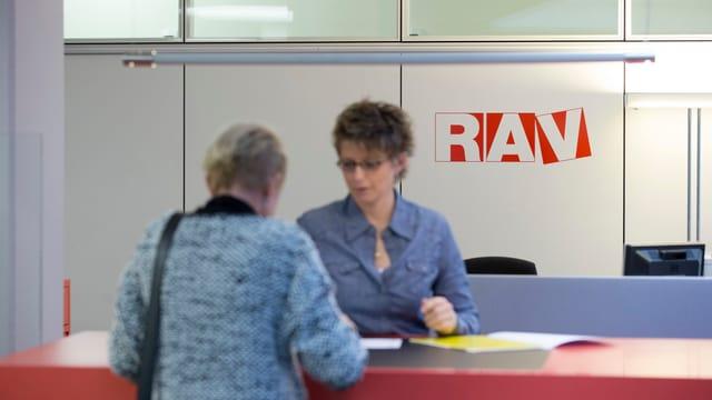 Eine Frau meldet sich am Schalter des Regionalen Arbeitsvermittlungszentrums.