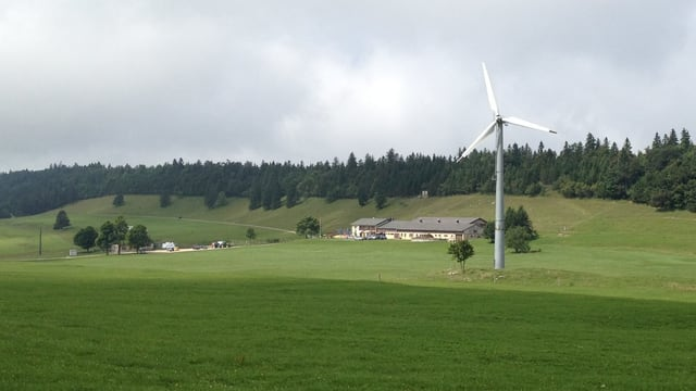 Berggasthof, daneben ein Windrad