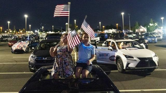 Die sechsjährige Alessandra Goldstein und ihr zwei Jahre älterer Bruder treffen sich anlässlich der Nomination von US-Präsidentschaftskandidat Joe Biden vor dem Chase Center im Wilmington im US-Bundesstaat Delaware ein.