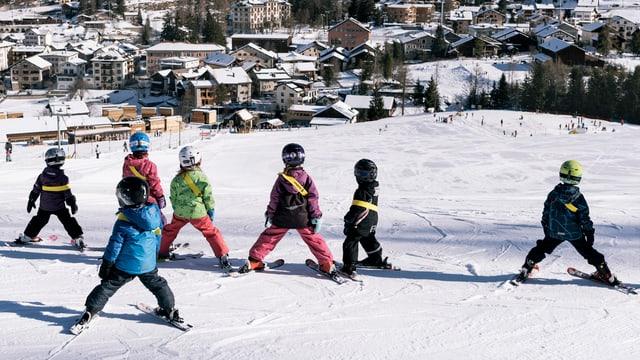 Mehrere Kinder auf der Skipiste